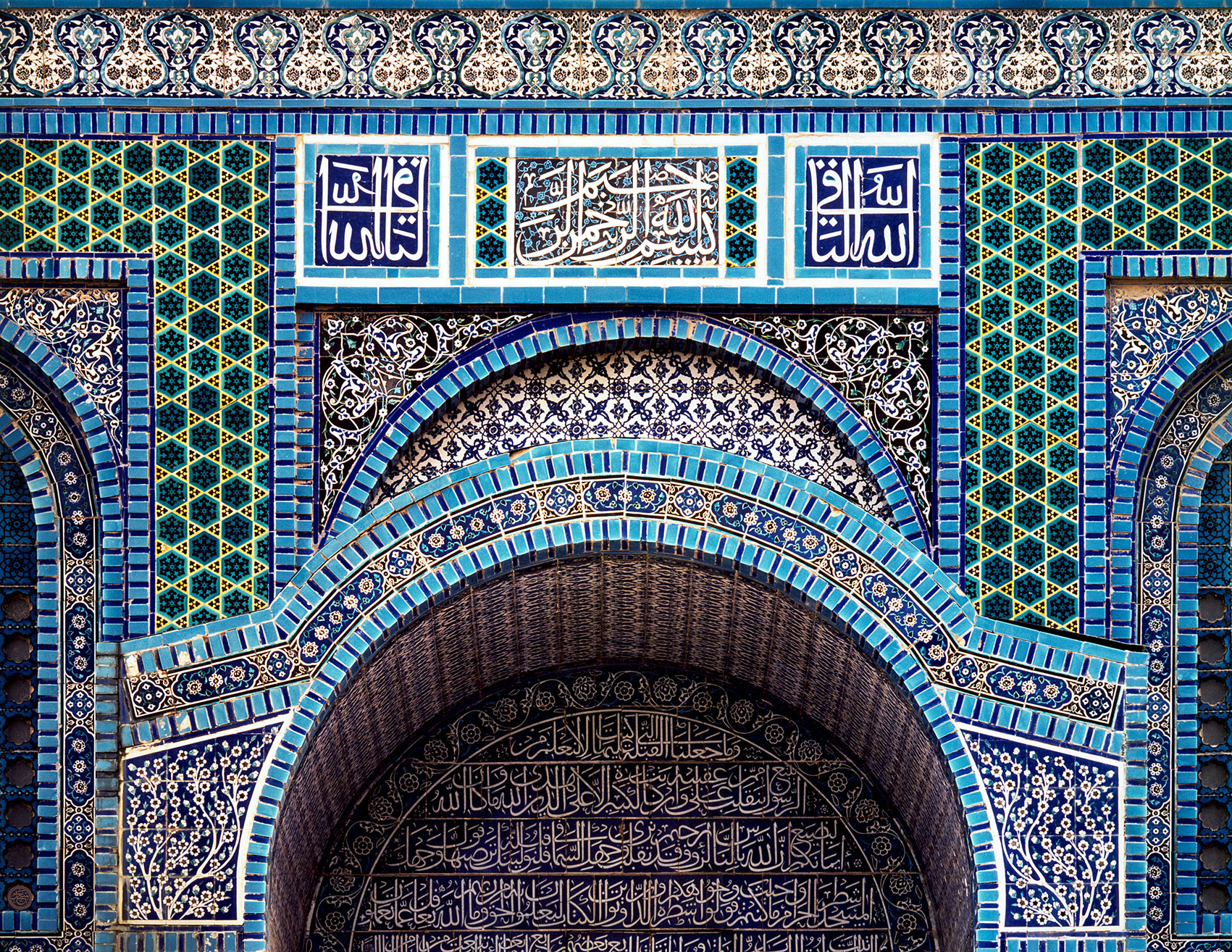 Arabic calligraphic inscriptions on glazed tiles of the <i>Qubbat al-Sakhra</i> / Dome of the Rock in Jerusalem, alQuds. Palestine, Israel.